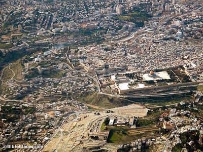 """诗篇的作者在诗篇125篇2节说:""""众山怎样围绕耶路撒冷,耶和华也照样"""